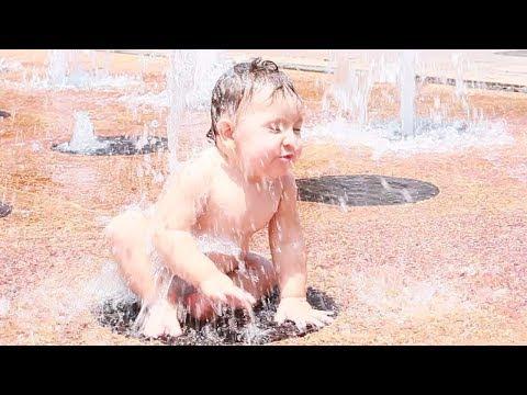 Ребенок и фонтан